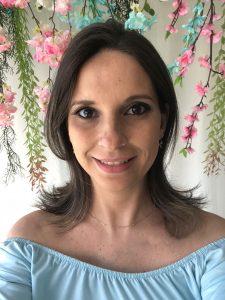 Cris Albuque, grávida de gêmeos, e ensina artesanato para mães que se reinventaram no trabalho.