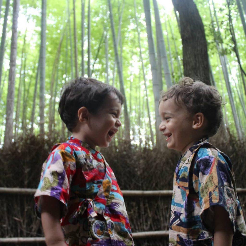 gemeos na floresta de bambus em Kyoto