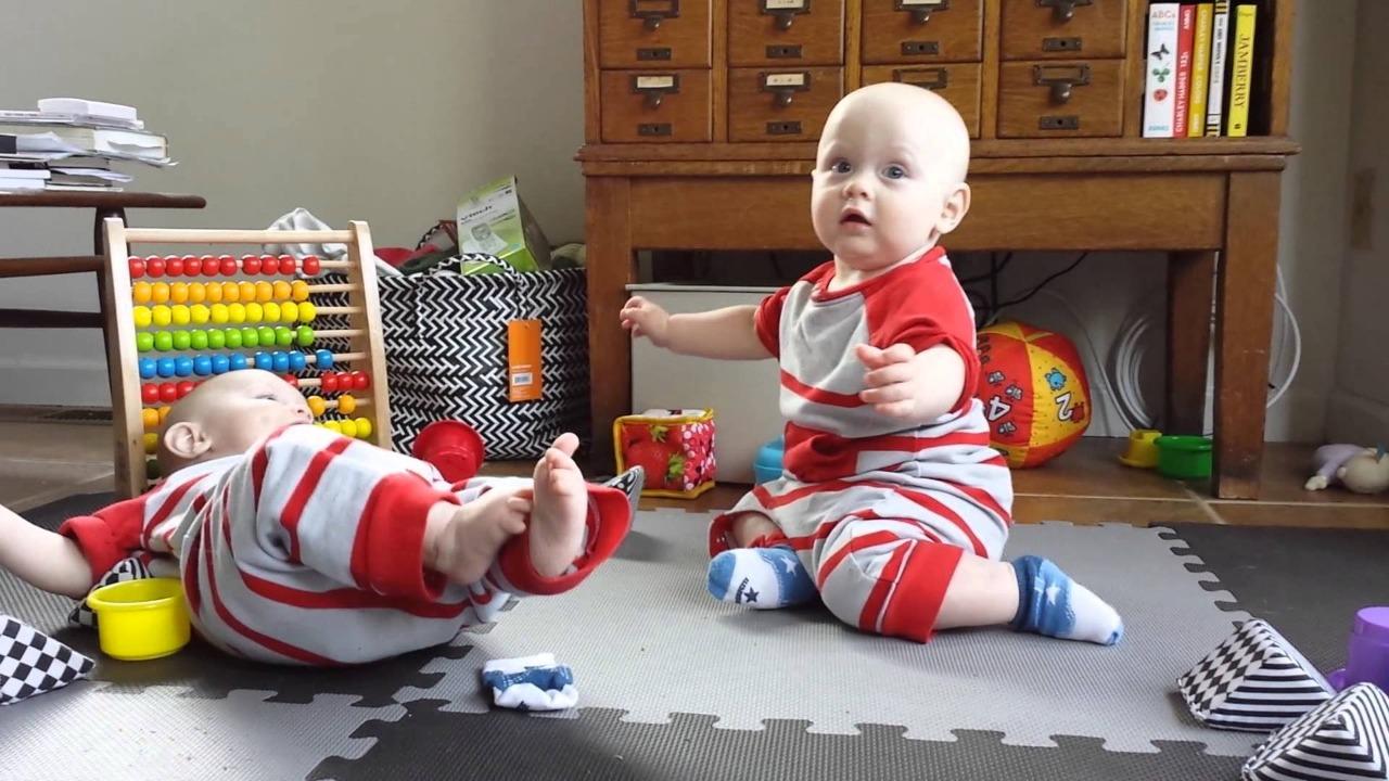 brincadeiras bebês gêmeos